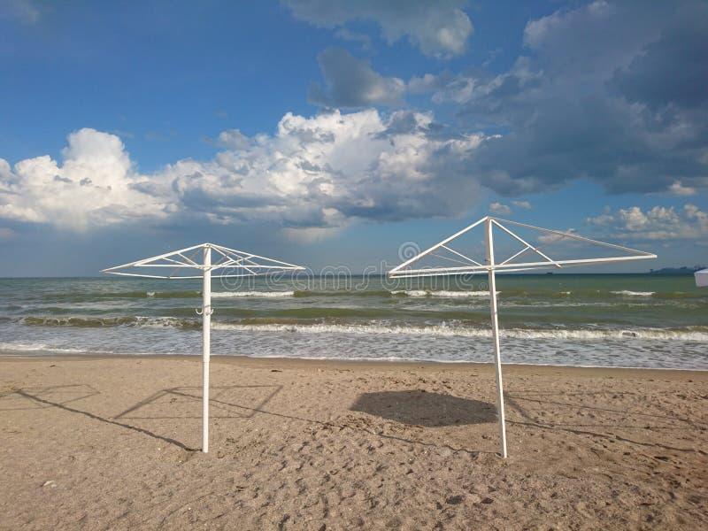 Piękny jaskrawy błękitny seascape: niebo, chmury, woda, fale, piasek, wiatr fotografia stock