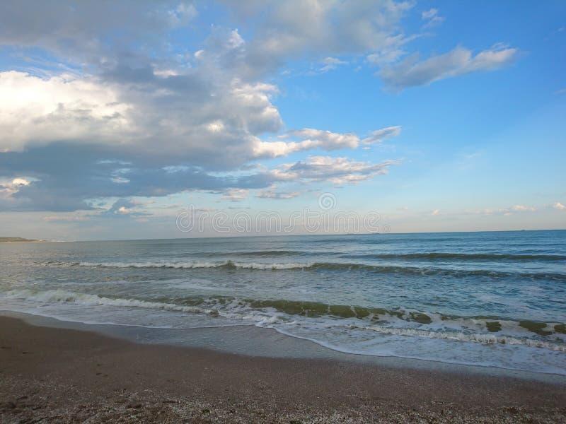 Piękny jaskrawy błękitny seascape: niebo, chmury, woda, fale, piasek, wiatr zdjęcia royalty free