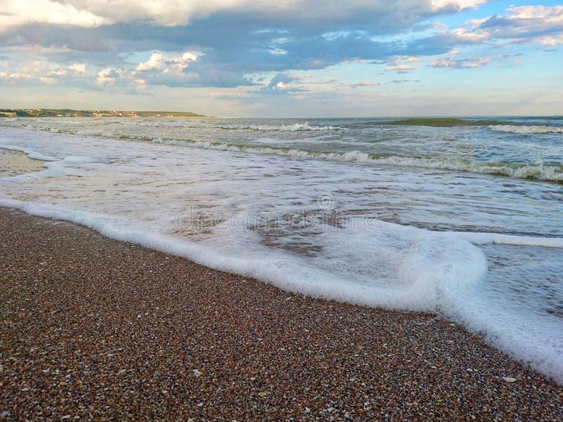Piękny jaskrawy błękitny seascape: niebo, chmury, woda, fale, piasek, wiatr zdjęcie royalty free