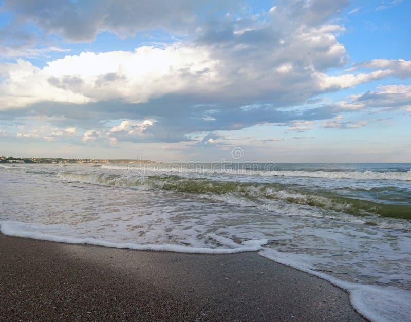 Piękny jaskrawy błękitny seascape: niebo, chmury, woda, fale, piasek, wiatr obraz stock