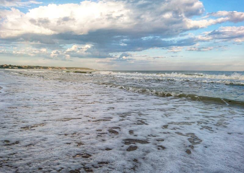 Piękny jaskrawy błękitny seascape: niebo, chmury, woda, fale, piasek, wiatr fotografia royalty free