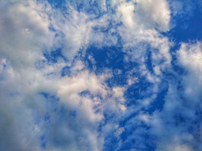 Piękny jaskrawy błękitny seascape: niebo, chmury, woda, fale, piasek, wiatr obraz royalty free