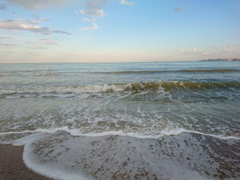 Piękny jaskrawy błękitny seascape: niebo, chmury, woda, fale, piasek, wiatr obrazy stock
