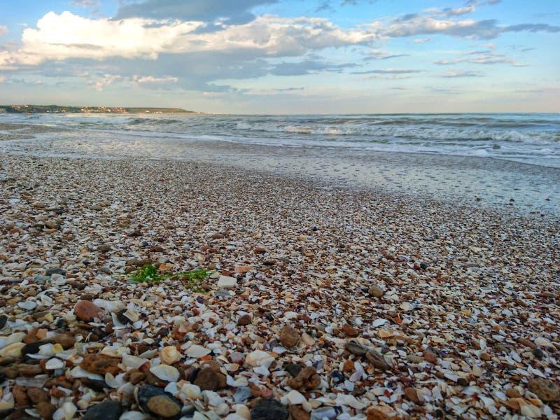Piękny jaskrawy błękitny seascape: niebo, chmury, woda, fale, piasek, wiatr zdjęcia stock