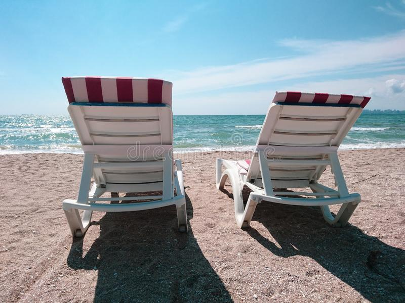 Piękny jaskrawy błękitny seascape: niebo, chmury, woda, fale, piasek, wiatr zdjęcie stock