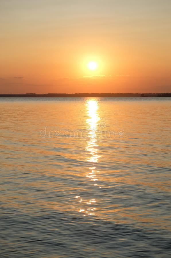Piękny jaskrawy pomarańczowy lato zmierzch na morzu Słońce i słoneczny obraz royalty free