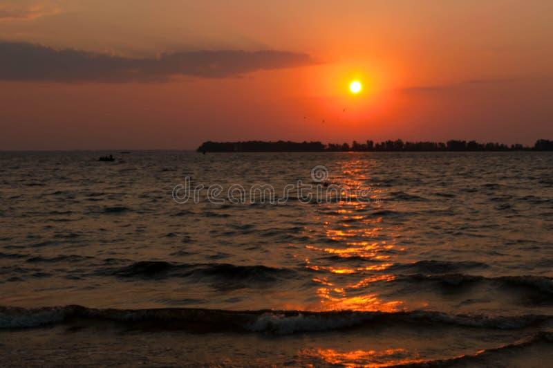 Piękny jaskrawy słońca wydźwignięcie nad - woda obrazy stock