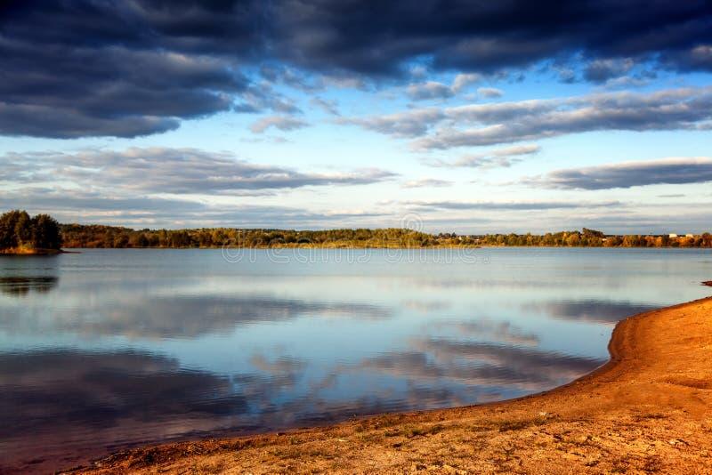 Piękny jaskrawy zmierzch na jeziorze w jesieni, chmury reflec obraz stock