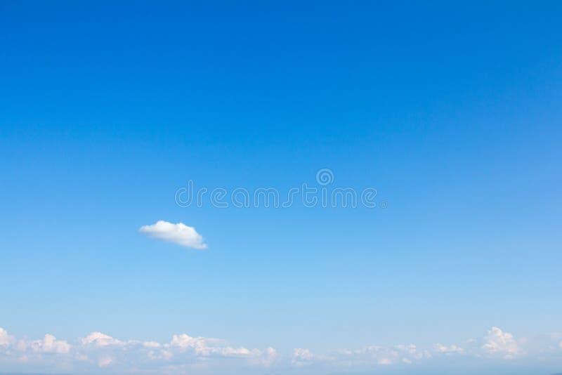 Piękny jasny niebieskie niebo z chmur łatami zdjęcie stock
