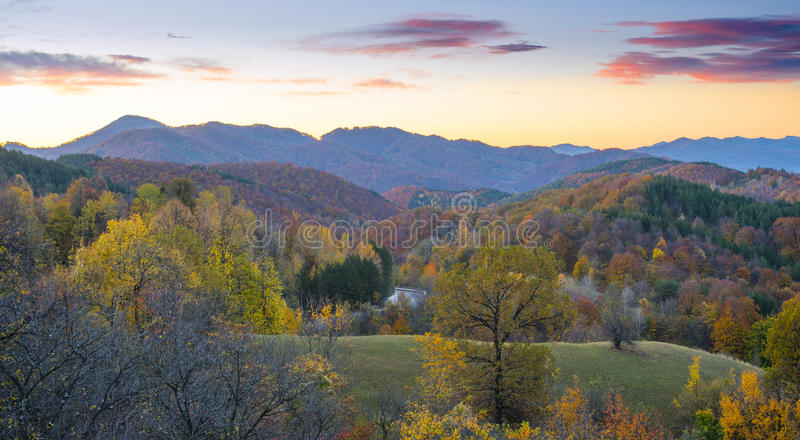 Piękny jesień krajobraz w Rumunia - wieś obrazy stock