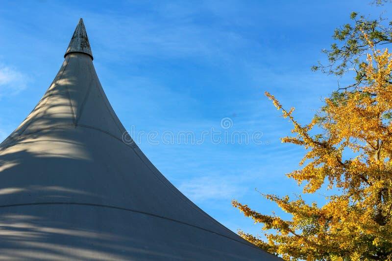 Piękny jesień krajobraz z białym wydarzenie markizy namiotów dachem przeciw niebieskiemu niebu fotografia stock