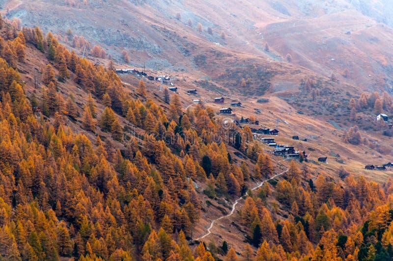 Piękny jesień krajobraz z wiele starymi szaletami w Zermatt terenie fotografia stock