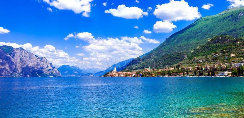 Piękny jeziorny Lago Di Garda Widok Malcesine miasteczko Włochy zdjęcie royalty free