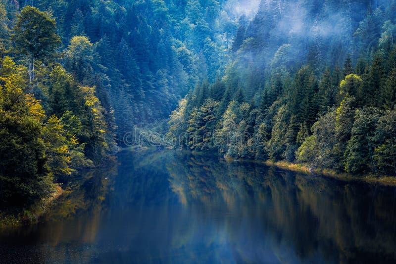 Piękny jezioro lokalizował głęboko w górach otaczać f fotografia stock
