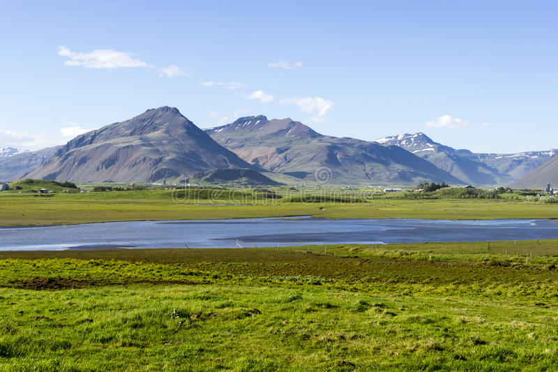 Piękny jezioro przeciw halnemu tłu, Iceland, dobry lato obraz royalty free