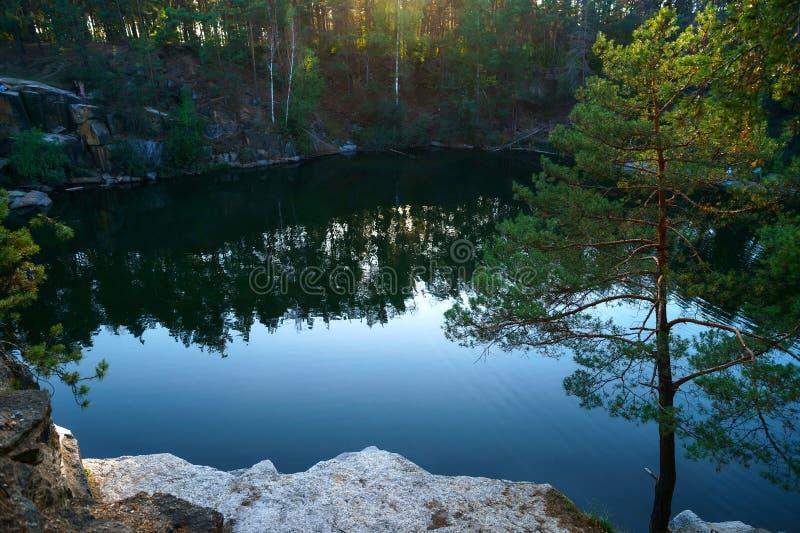 Piękny jezioro przy dnem jar przy zmierzchem zdjęcie royalty free