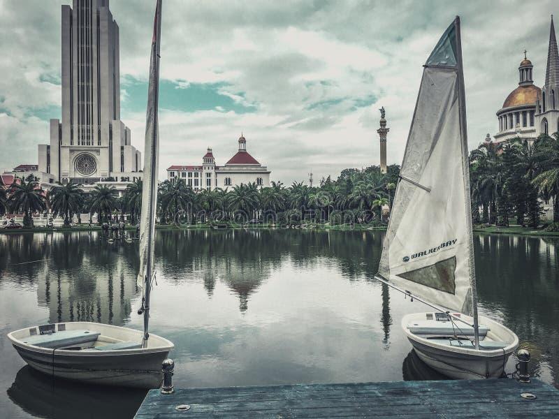 Piękny jezioro z łodziami przy pięknym uniwersytetem w Tajlandia zdjęcia stock