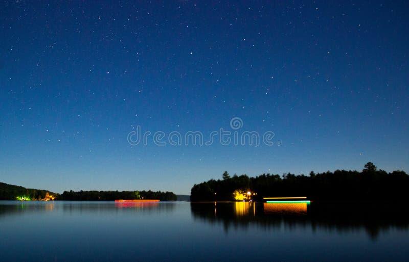 Piękny jezioro z greenery, wszystko wokoło zadziwiającym breathtaking niebem gwiazdy przy nocą i pełno zdjęcie royalty free