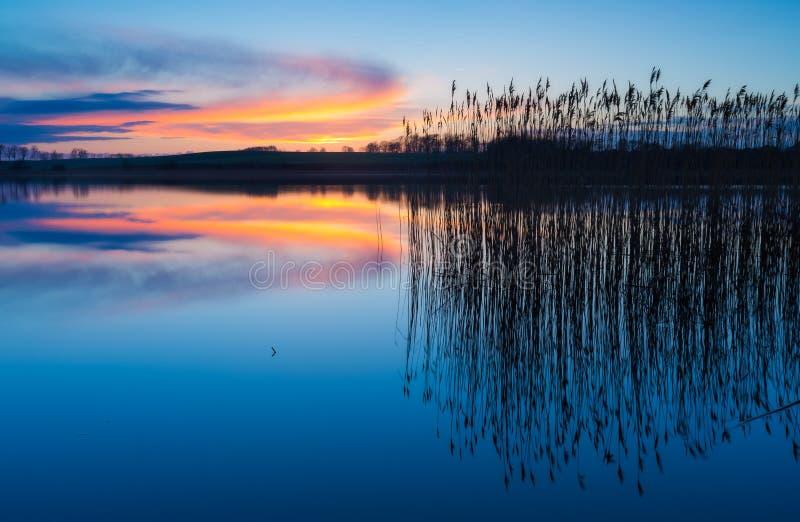 Piękny jezioro z kolorowym zmierzchu niebem Spokojny wibrujący krajobraz obrazy royalty free
