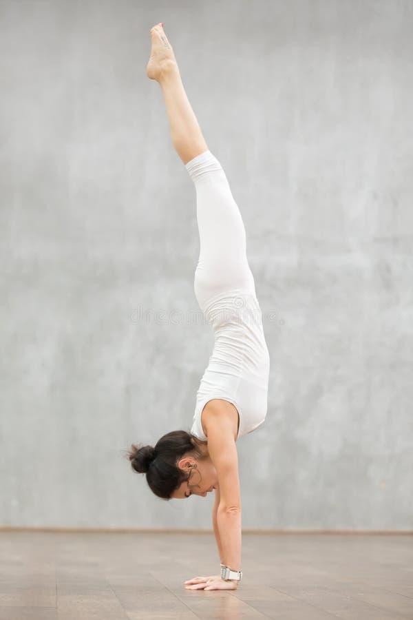 Piękny joga: Zmniejszający się - stawiać czoło Drzewną pozę obrazy stock