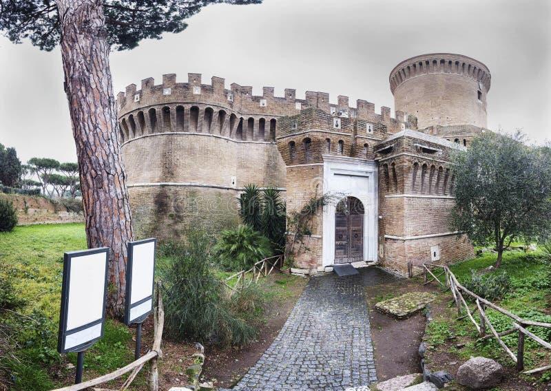 Piękny Julius II s kasztel w Ostia Antica na chmurnym zima dniu zdjęcia royalty free