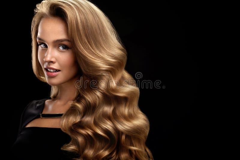 piękny kędzierzawy włosy Żeński piękno model Z Tomowym włosy obraz stock