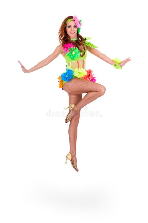 Piękny karnawałowy tancerz kobiety doskakiwanie zdjęcie royalty free