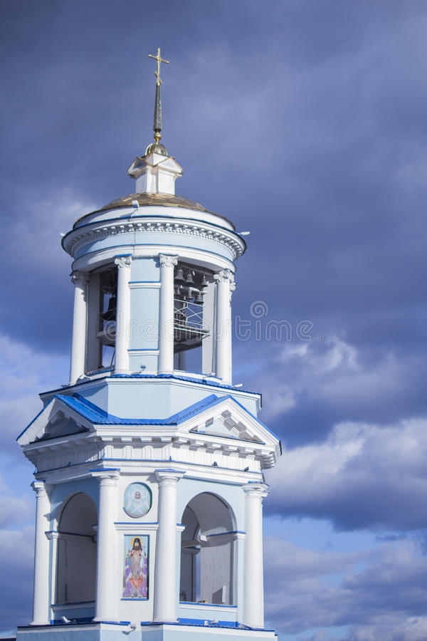 Piękny kościół chrześcijański w tle błękitny chmurny niebo obraz royalty free