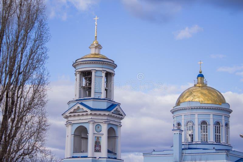Piękny kościół chrześcijański w tle błękitny chmurny niebo zdjęcia stock