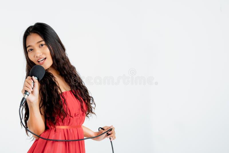 Piękny kobieta śpiew, taniec i zdjęcie royalty free