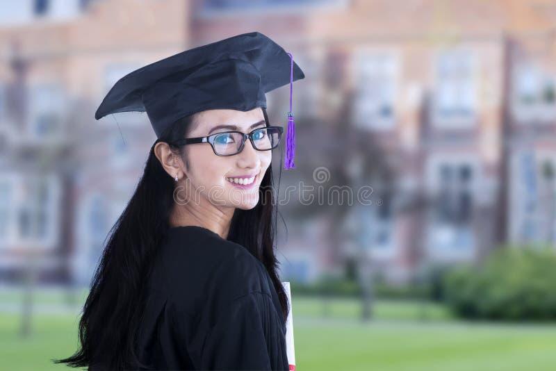 Piękny kobieta absolwent na kampusie zdjęcie royalty free