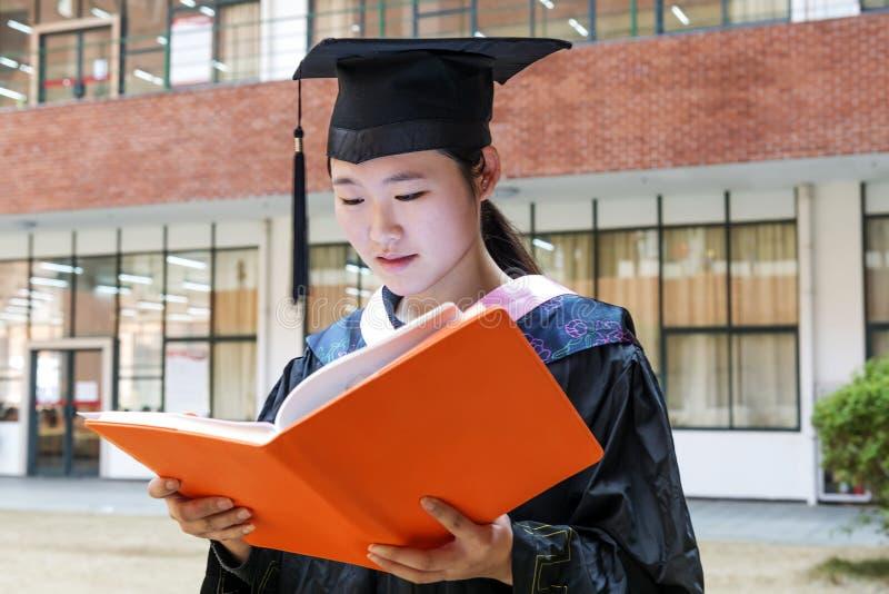 Piękny kobieta absolwent w szkole obrazy stock