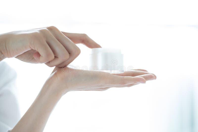 Piękny kobieta azjata używa skóry opieki produkt, moisturizer o zdjęcie stock
