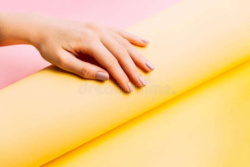 Piękny kobieta manicure na kreatywnie menchii i koloru żółtego tle Minimalistyczny trend obrazy stock
