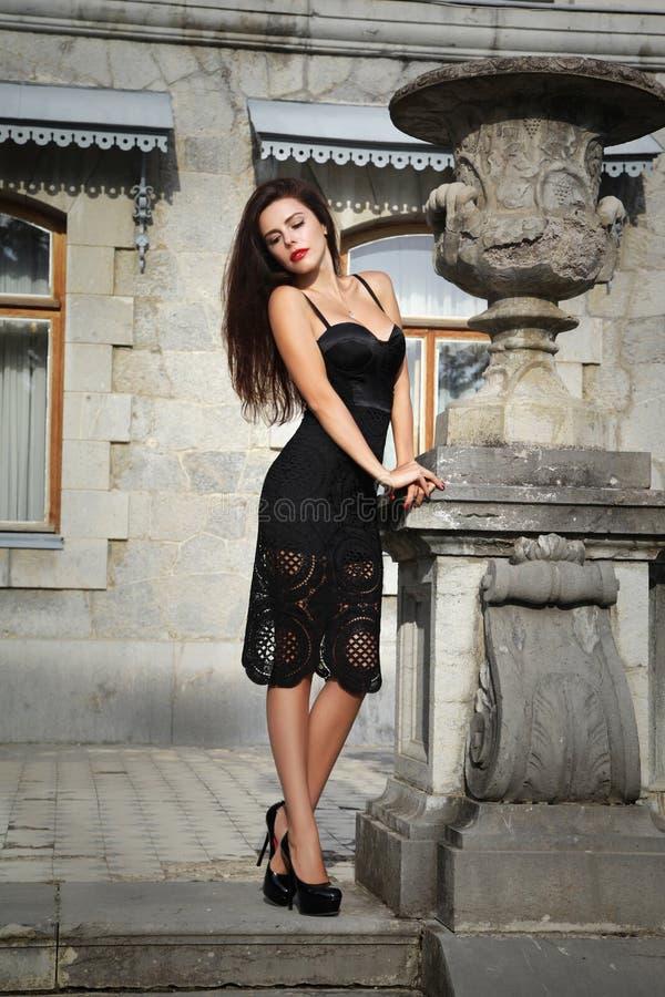 Piękny kobieta model blisko starej architektury obrazy royalty free