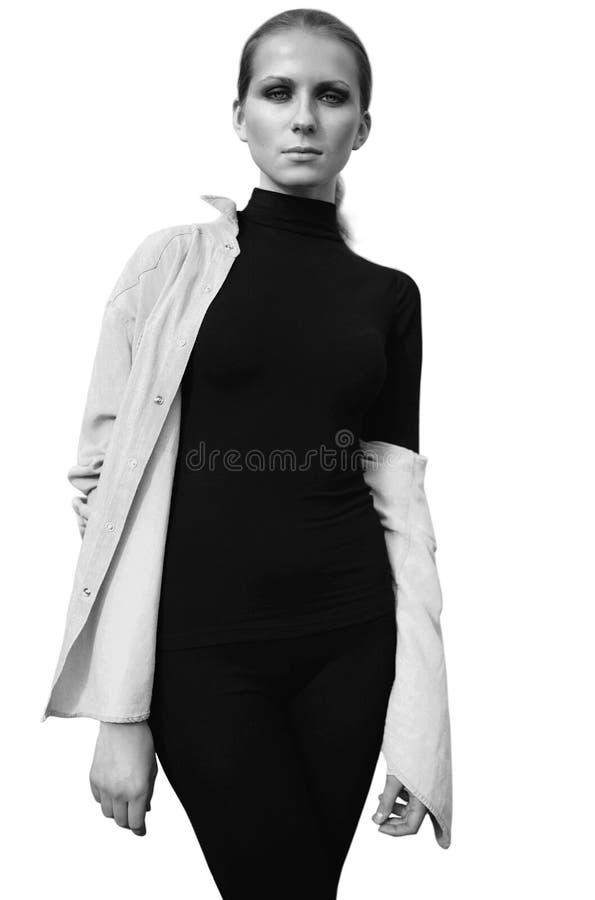 Piękny kobieta model w czerni pozować odizolowywam na tle, czarny i biały zdjęcia royalty free