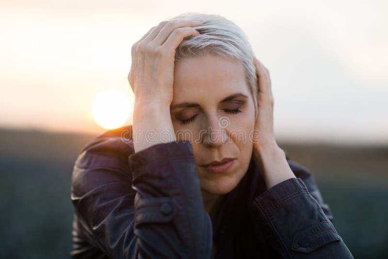 Piękny kobieta portret w wieczór świetle słonecznym, zadumany nastrój fotografia royalty free