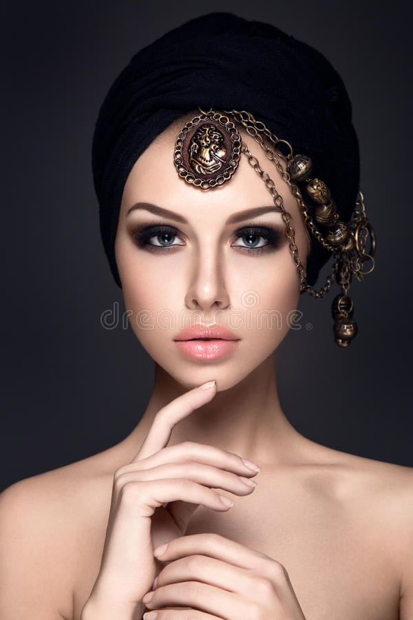 Piękny kobieta portret z chustka na głowę na głowie zdjęcia royalty free