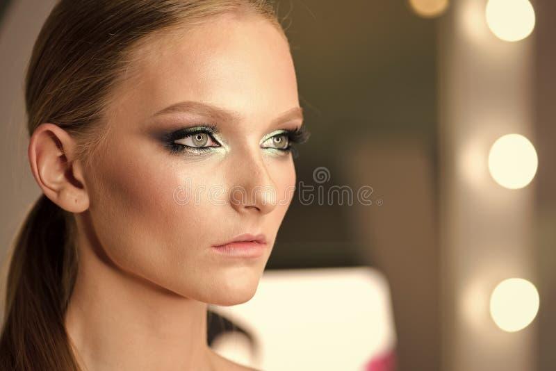 Piękny kobieta portret z fachowym makeup Piękna blondynki dziewczyna z dużymi niebieskimi oczami Perfect brwi i tęsk zdjęcia stock