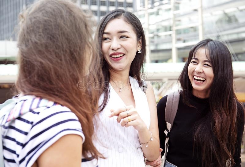 Piękny kobieta uśmiech i szczęśliwy podróżować w mieście zdjęcie stock