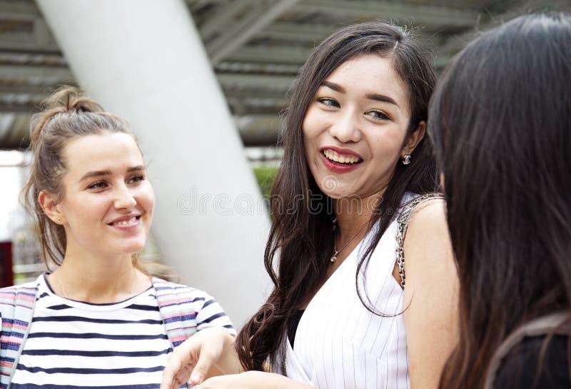 Piękny kobieta uśmiech i szczęśliwy podróżować w mieście fotografia stock