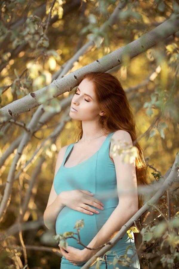 Piękny kobieta w ciąży w ogródzie obrazy royalty free
