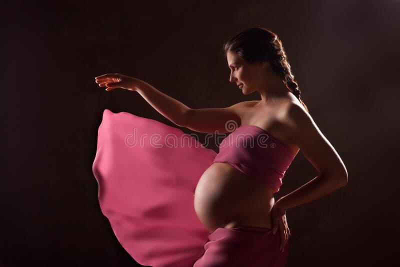 Piękny kobieta w ciąży w różowej szyfonowej chuscie fotografia stock