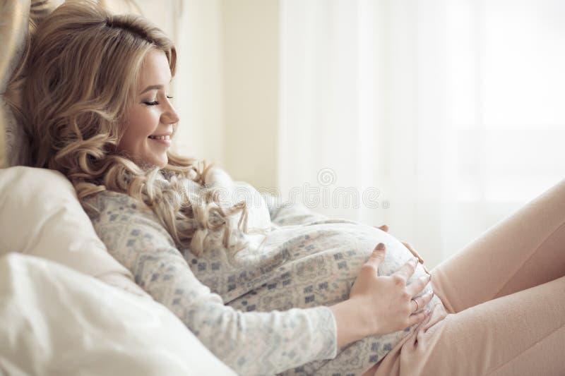 Piękny kobieta w ciąży W Wygodnym Odziewa zdjęcie stock