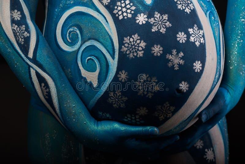 Piękny kobieta w ciąży z headwear i abstrakta ciała sztuką zdjęcie royalty free