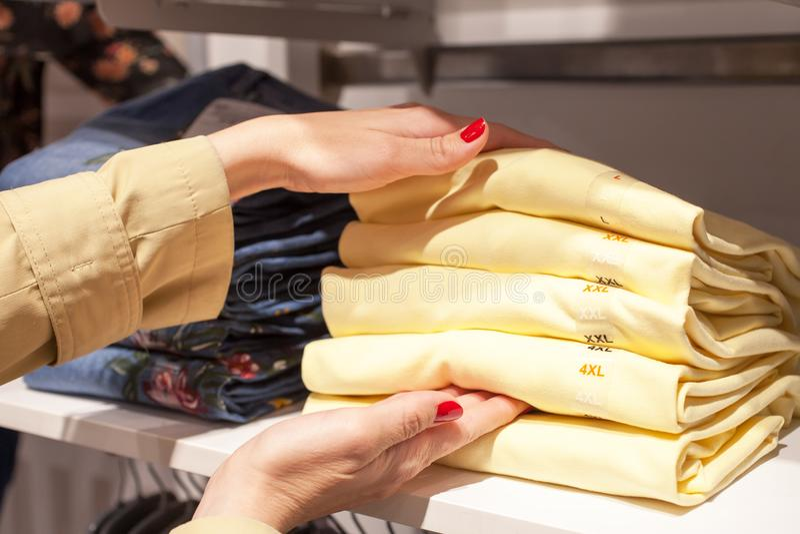 Piękny kobieta zakupy przy modnym sklepem zdjęcie stock