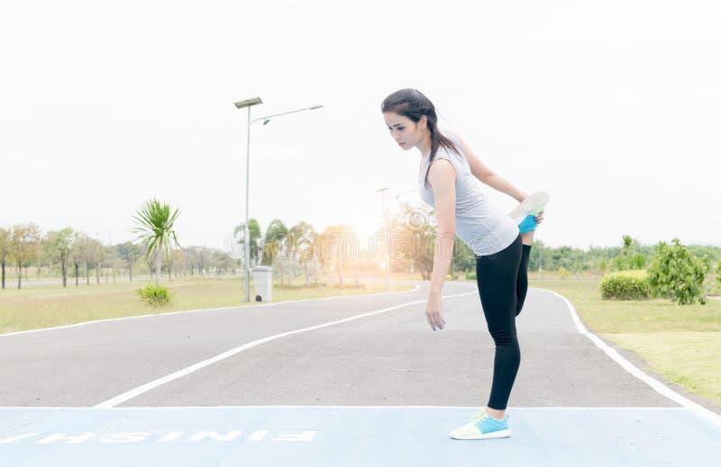 Piękny kobiety ćwiczenie przed biegać obraz royalty free