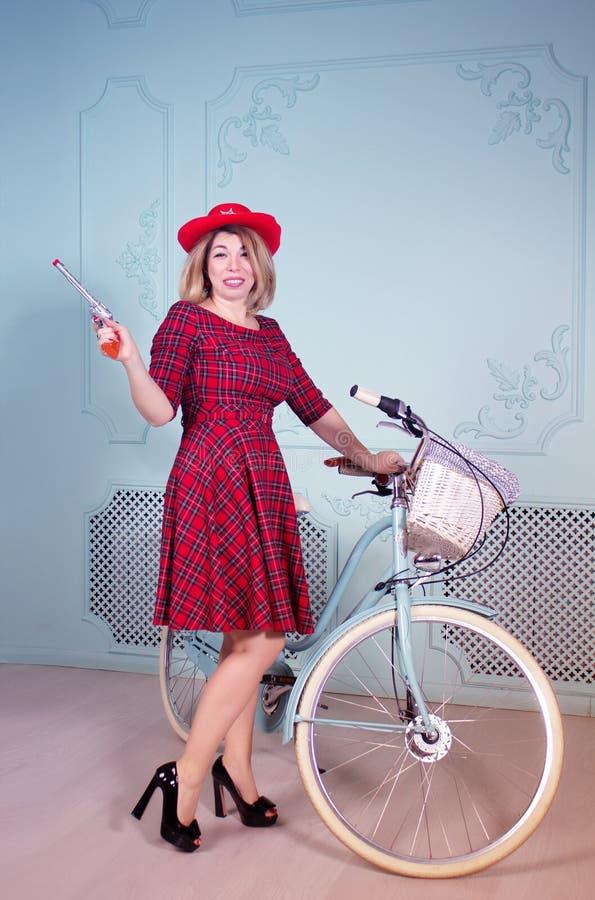 Piękny kobiety cowgirl stoi blisko bicyklu z flintą zdjęcie stock