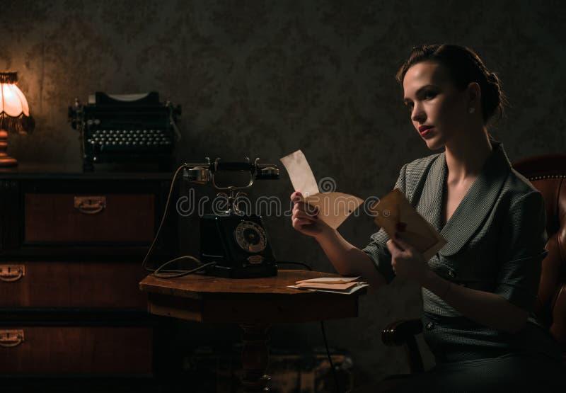 Piękny kobiety czytania list w retro wnętrzu zdjęcia royalty free