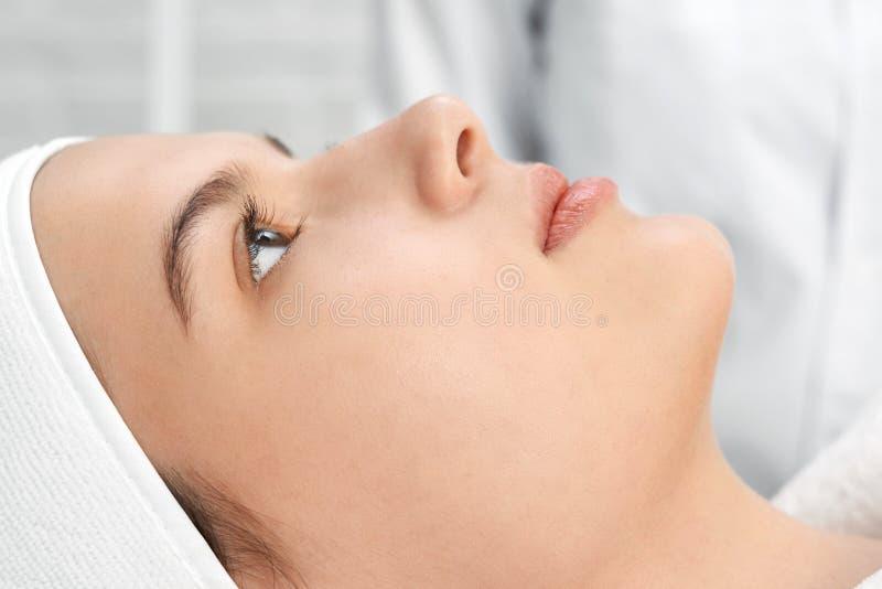 Piękny kobiety lying on the beach na trenerze w salonie i podczas gdy relaksujący obraz stock